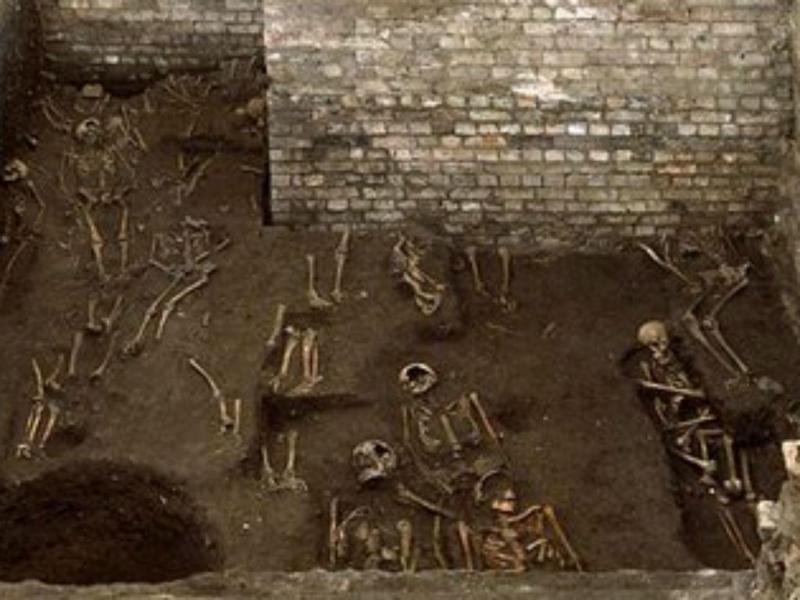 Corpos descobertos debaixo da Universidade de Cambridge (Twitter)