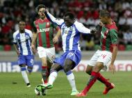 Aboubakar pressionado por Raúl Silva