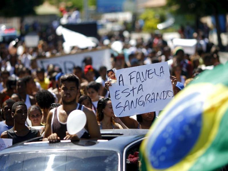 Protesto contra a violência policial nas favelas do Rio de Janeiro [Foto: Reuters]