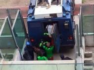 Jogadores evacuados em carro blindado