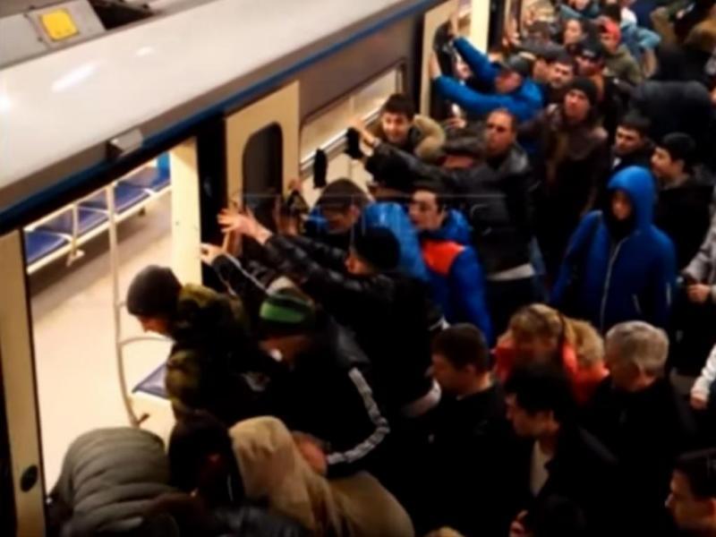 Passageiros empurram metro para salvar idosa