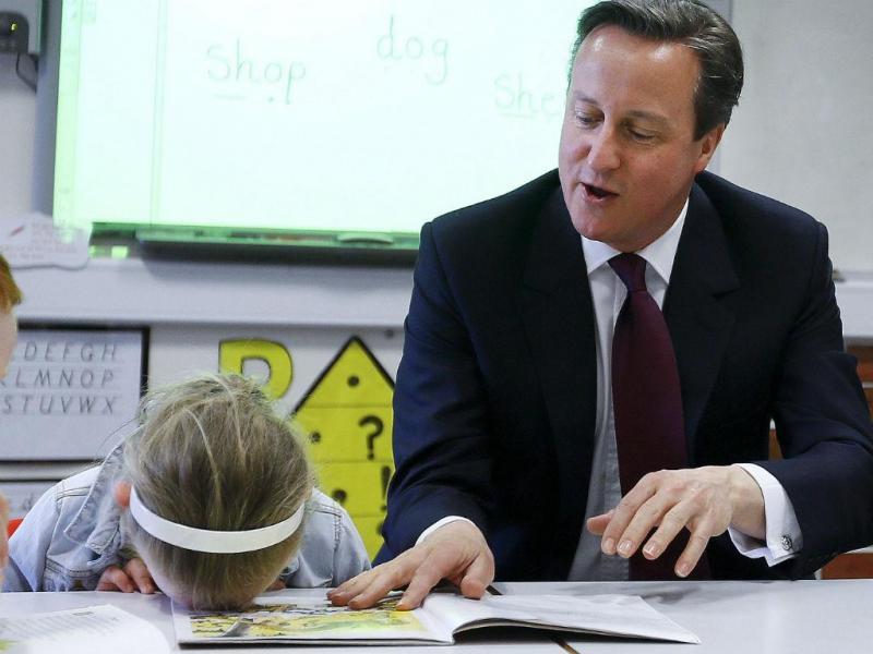 David Cameron em campanha numa escola (REUTERS)