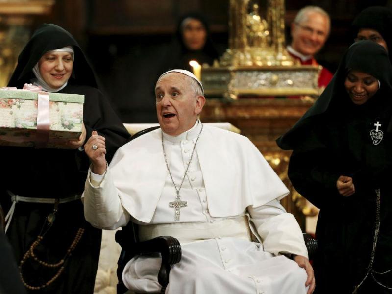 Papa Francisco rodeado por freiras em Nápoles [Foto: Reuters]