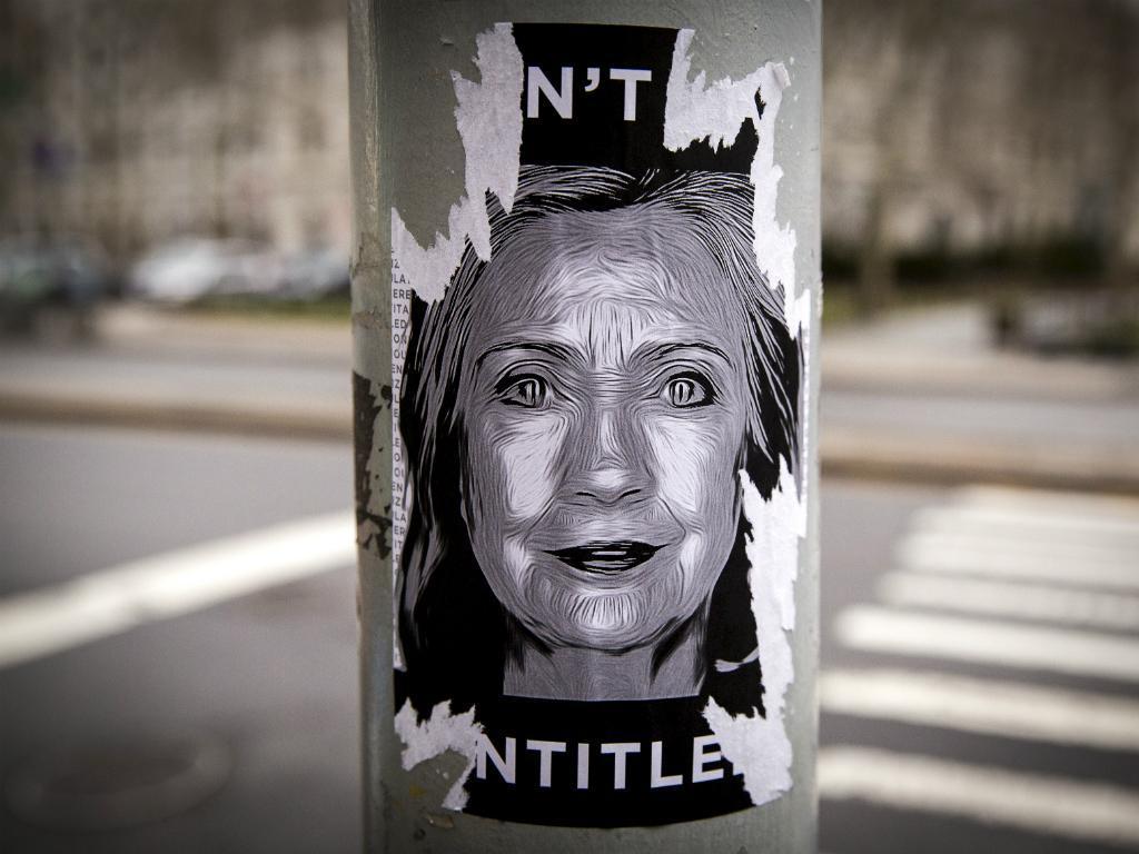Cartaz junto da sede de campanha de Hillary Clinton, antes do anúncio de que é candidata à Presidência dos EUA (Reuters)