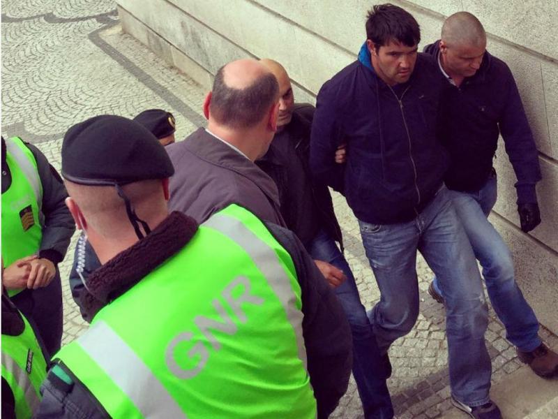 Suspeito de homicídio à chegada a tribunal (Miguel Cabral/TVI)