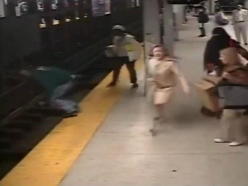 Homem salta para a linha de metro para salvar outro [Foto:Youtube]
