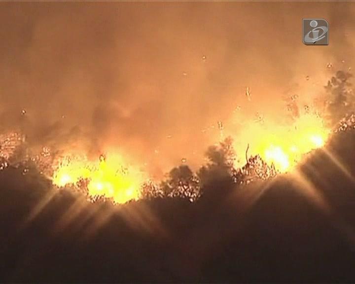 Incêndios na Califórnia levam pessoas a abandonar as suas casas