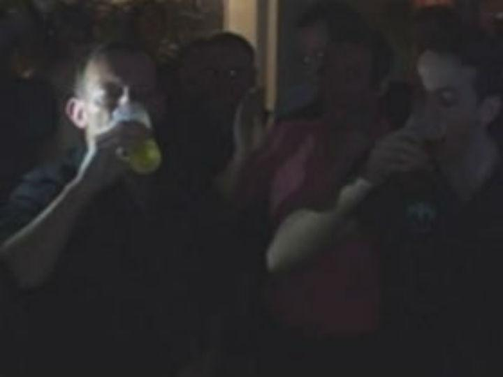 Tony Abbott consome uma cerveja em seis segundos (Reprodução YouTube)