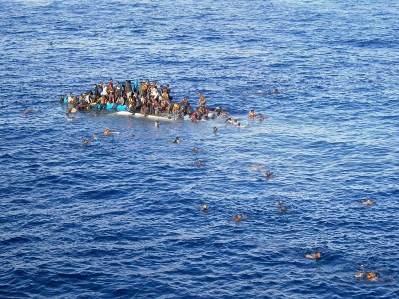 Imigrantes tentam chegar à Europa (Abril 2015, arquivo, EPA/Lusa)