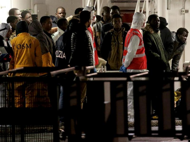 Mediterrâneo: imigrantes sobreviventes chegam à Sicília (FOTO: Reuters)