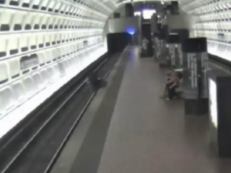 Homem em cadeira de rodas cai na linha do metro [Foto:Youtube]