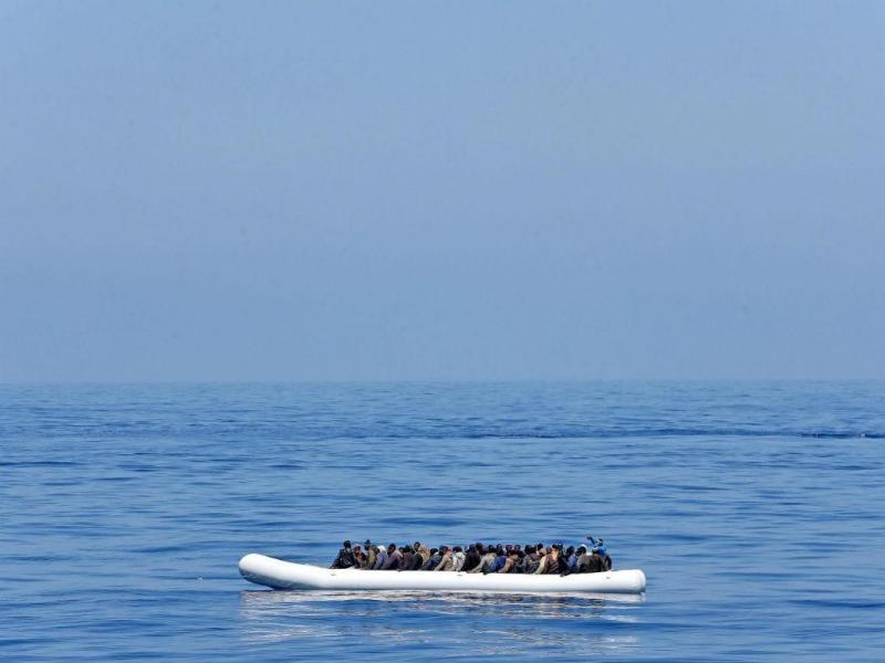 Migrantes chegam à costa de Itália (Lusa/EPA)