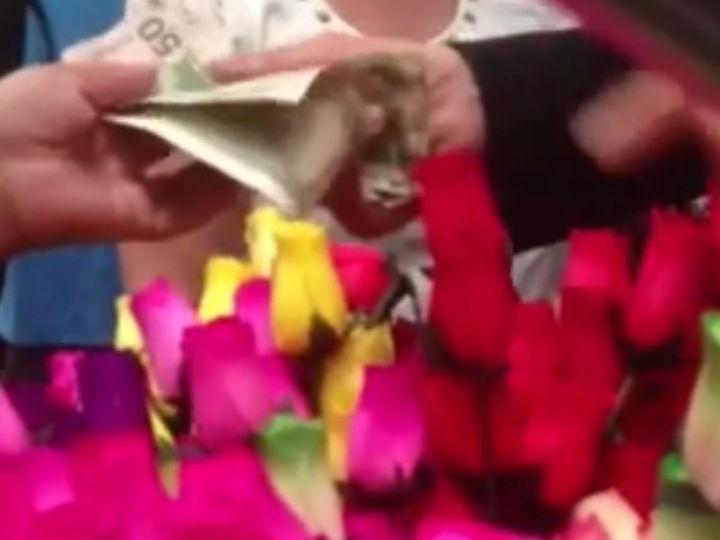 Homem compra todas as rosas a vendedora de flores (Youtube)