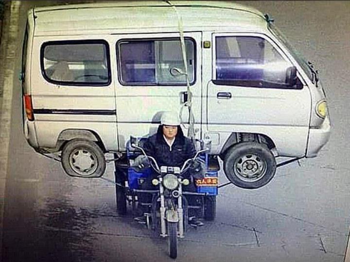 Chinês transporta carrinha numa motorizada (Twitter)