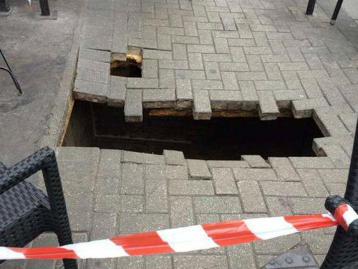 Buraco em calçada de Londres (Twitter)