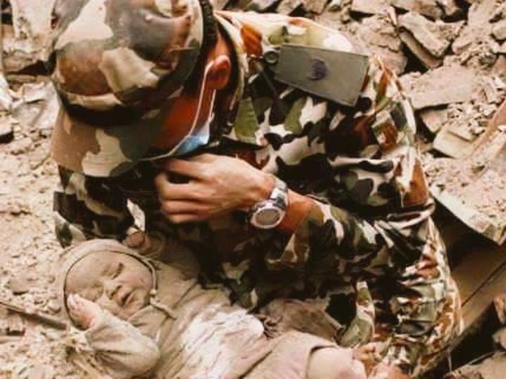 """Bebé de quatro meses resgatado com vida [Foto: """"Kathmandu Today""""]"""