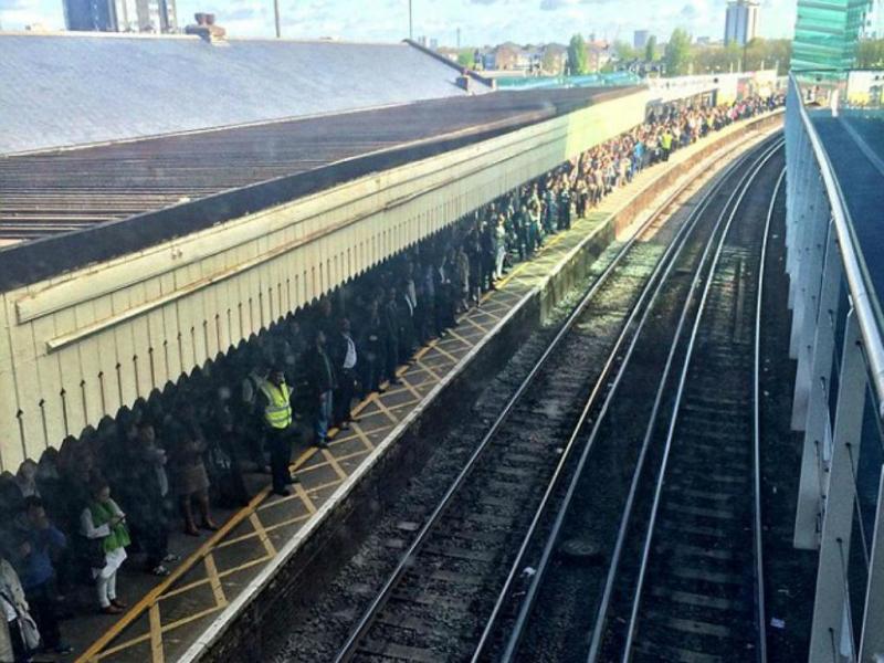 """""""Colapso total"""" nos comboios suburbanos em Londres (Reprodução Twitter)"""
