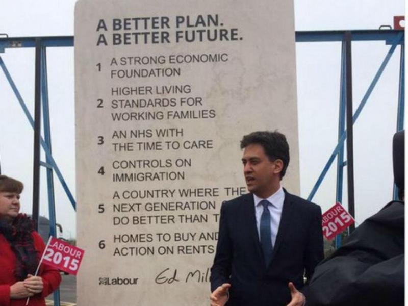 ED Miliband grava promessas em pedra (Reprodução Twitter)