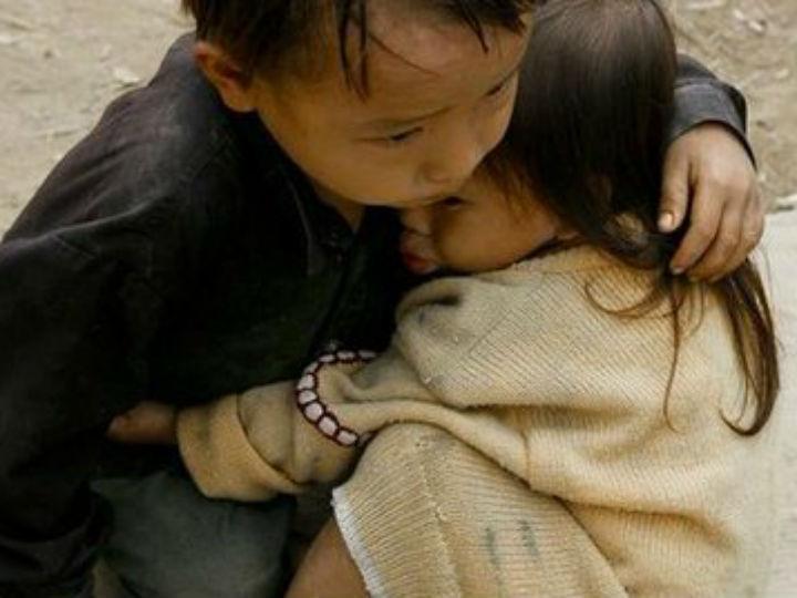 Foto das duas crianças abraçadas [Foto:Twitter]