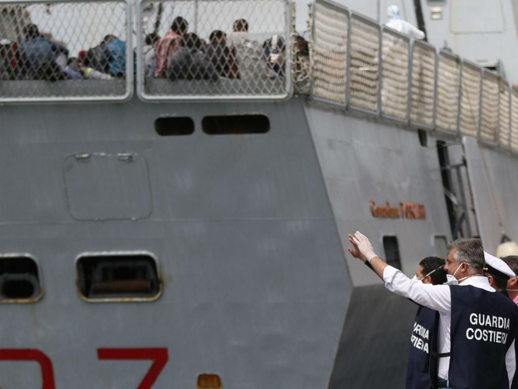 Migrantes salvos pela polícia italiana (EPA/LUSA)