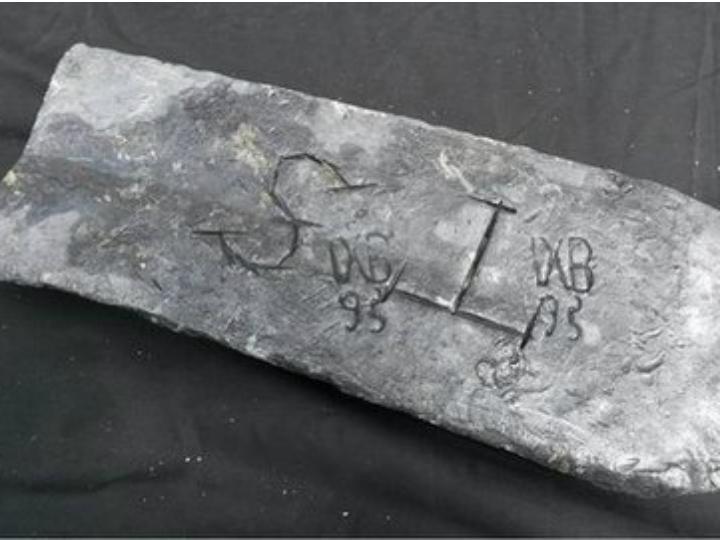 Barra de prata de 50 quilos encontrada nas Ilhas Saint Marie [Foto: Twitter]
