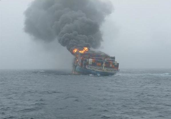 Navio turco atacado na costa da Líbia (Reprodução/Twitter/Nadia Ramadan)