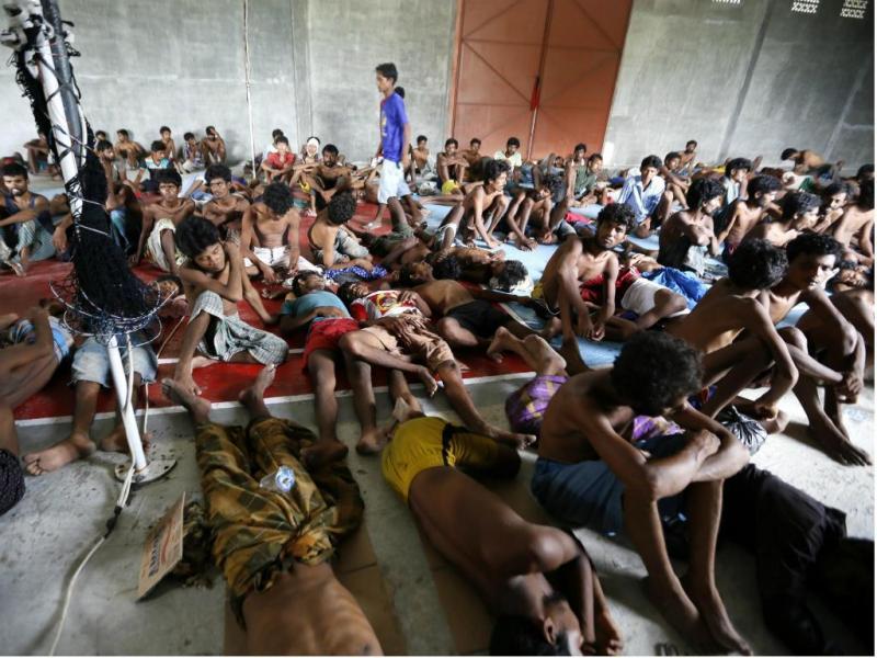 Imigrantes recebem ajuda em Kuala Langsa, Aceh, Indonésia (EPA/Hotli Simanjuntak)