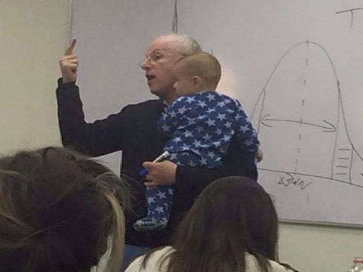 Imagem de professor com bebé ao colo tornou-se viral [Twitter]
