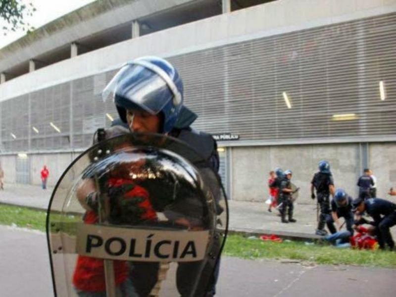Polícia protege criança no exterior do estádio D. Afonso Henriques (foto Facebook)