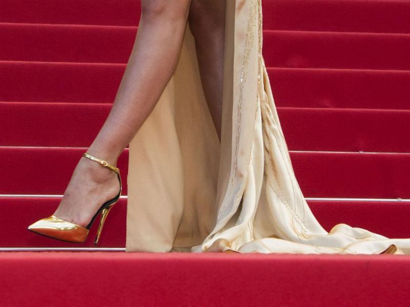 Os sapatos de uma convidada na passadeira vermelha em Cannes (REUTERS/Yves Herman)