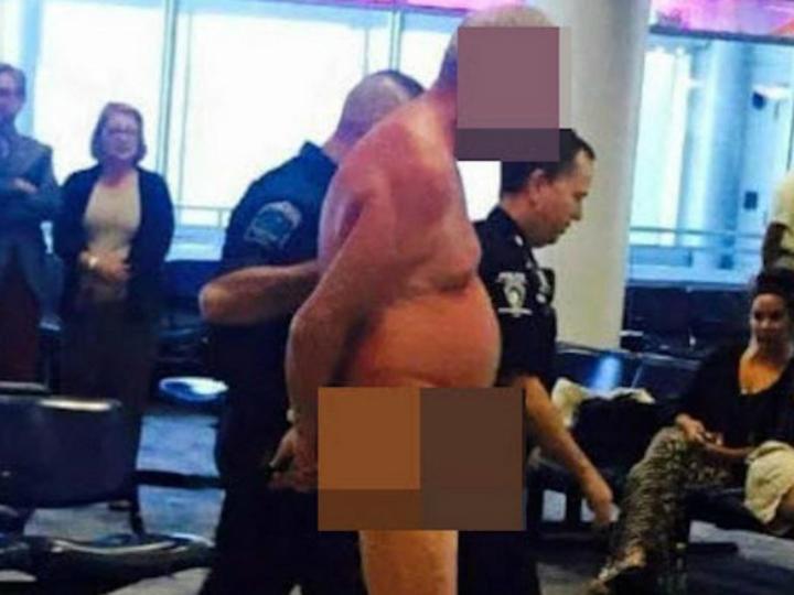 Homem despe-se no aeroportoem forma de protesto [Foto:Twitter]