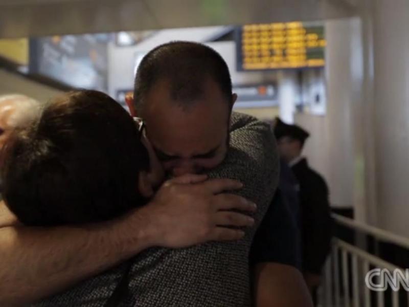 Homem reúne-se com a família 41 anos depois (Reprodução/CNN)