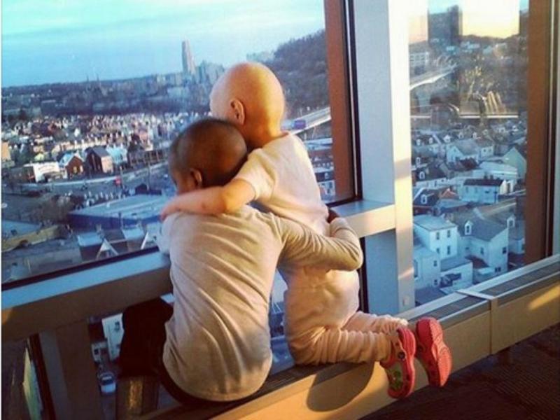 Abraço de meninas com cancro comove internet (Reprodução Facebook)