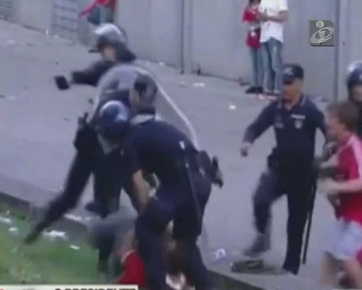 Polícia que agrediu adepto continua a dizer que foi cuspido