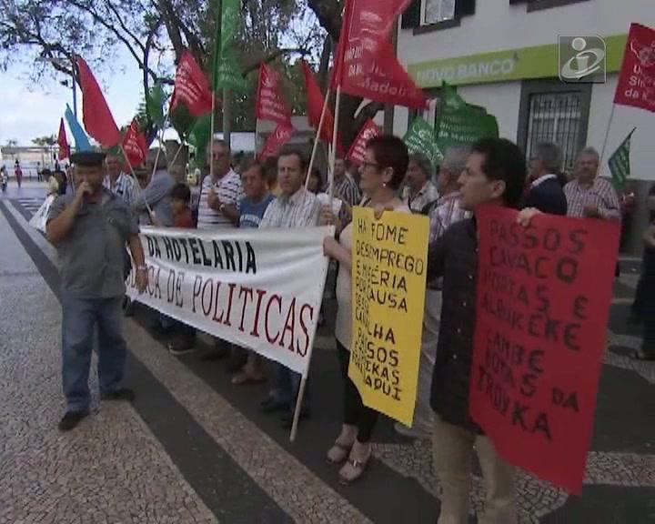 Sindicalistas da Madeira gritam a pedir demissão de Passos
