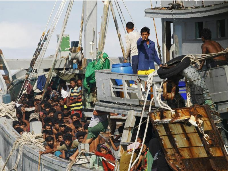 Marinha de Myanmar escolta barco com 727 migrantes ilegais [Reuters]