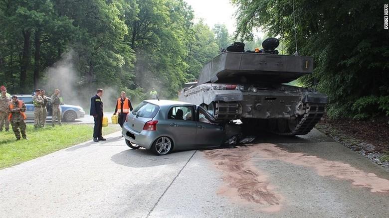 Jovem embate contra tanque militar