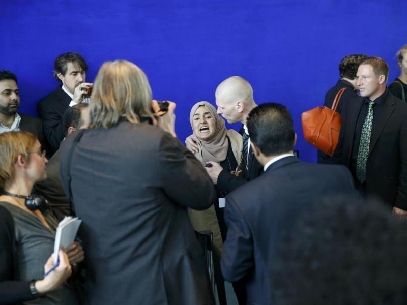 Mulher interrompe conferência de imprensa com acusações a presidente egípcio (REUTERS/Fabrizio Bensch)