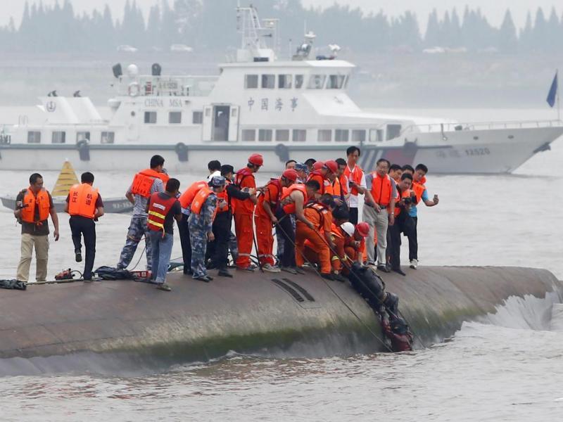 Jovem resgatado com vida do barco naufragado no rio Yangtze, China (Reuters)