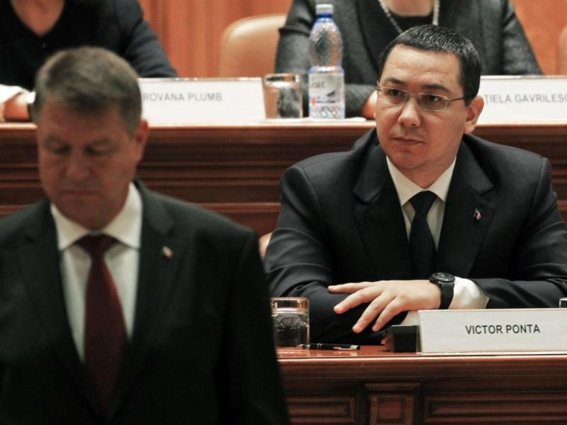 Primeiro-ministro romeno, Victor Ponta (atrás), e o presidente Klaus Iohannis (Reuters)