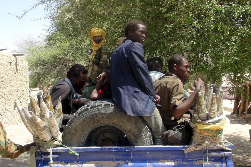 Ex-combatentes do Boko Haram capturados por soldados do Chade (REUTERS/Moumine Ngarmbassa)