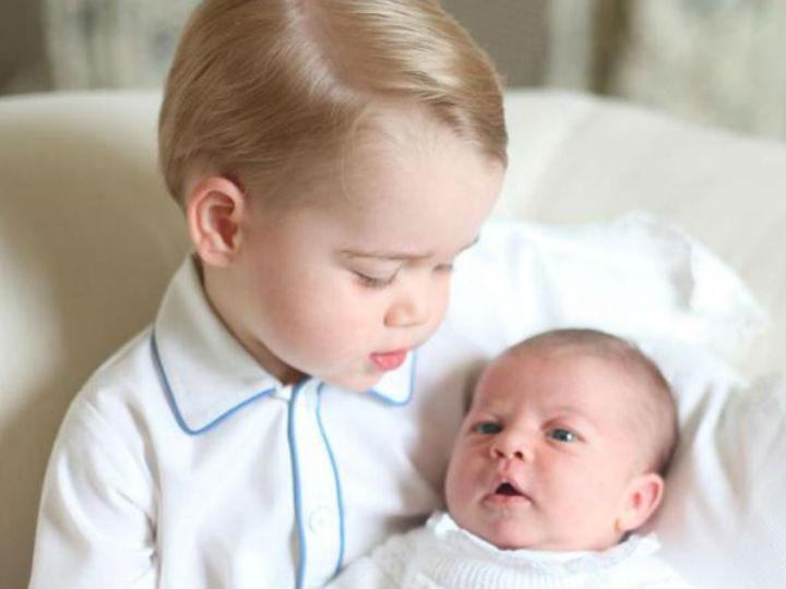 A primeira foto oficial dos mais novos herdeiros da coroa britânica, George e a irmã Charlote (Casa Real)