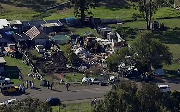Homem acusado de tentativa de homicídio após destruir casa e carros com buldózer