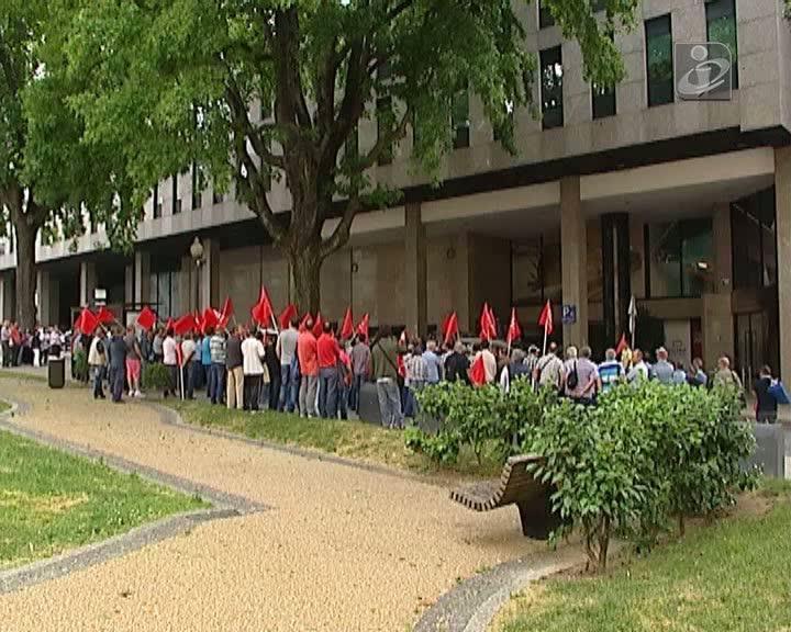 Trabalhadores da Soares da Costa protestam contra salários faseados