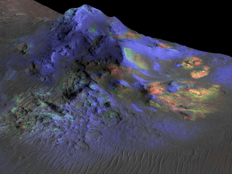 Imagem do Veículo Orbital de Reconhecimento de Marte assinala depósitos de vidro a verde (NASA)