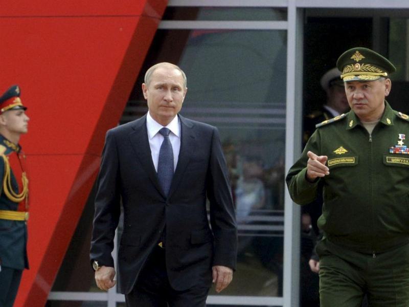 Vladimir Putin numa feira de armamento na Rússia (Maxim Shemetov/Reuters)