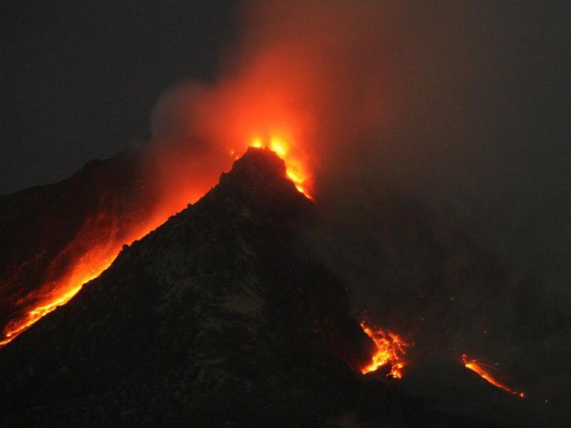 O monte Sinabung, na Indonésia, entrou em erupção (LUSA)
