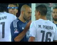 Maxi Pereira e Mascherano em acesa discussão