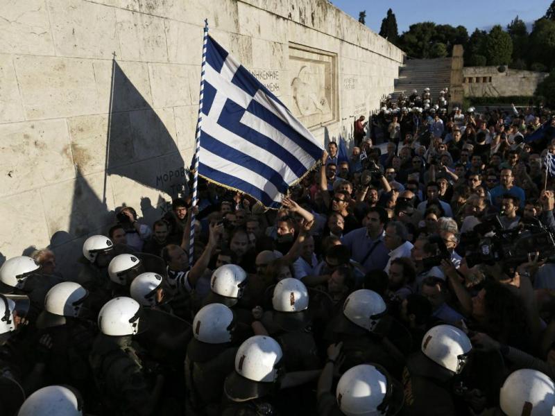 Milhares de gregos protestam em frente ao parlamento em dia de Cimeira Europeia (EPA/Yannis Kolesidis)