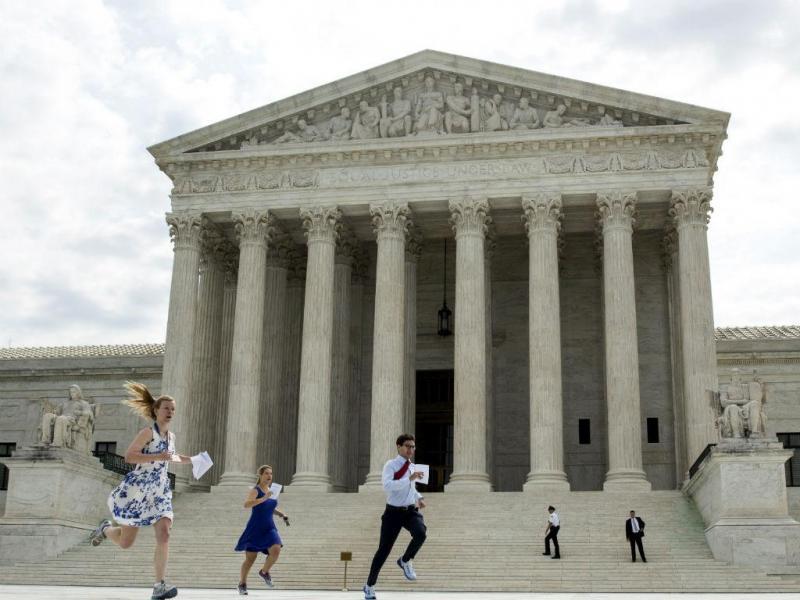 Jornalistas estagiários correm com a decisão do Supremo Tribunal dos EUA que reafirma o